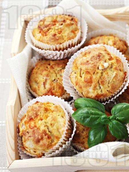 Солени мъфини с топено сирене, кашкавал и босилек  - снимка на рецептата